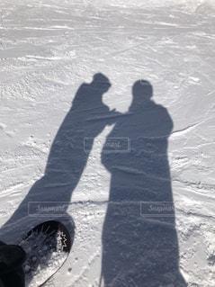 雪をスノーボードに乗る男覆われた斜面の写真・画像素材[1717467]