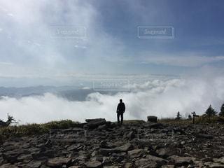 岩が多い丘の上に立って人々 のグループの写真・画像素材[765933]