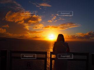 日没の前に立っている男の写真・画像素材[1275937]