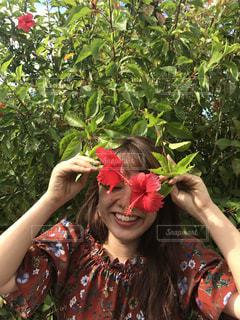 花を持っている人の写真・画像素材[1378213]