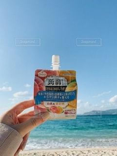 浜辺で看板を掲げる人の写真・画像素材[2697794]