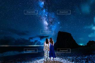 ビーチでみる星空の写真・画像素材[3375738]