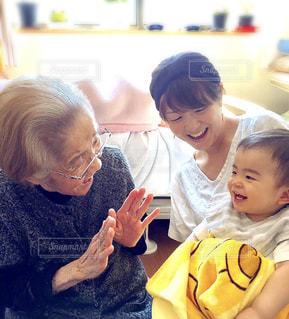 おばあちゃんと久しぶりの再会♡の写真・画像素材[726361]