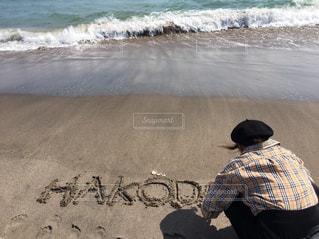 砂浜の上に乗って男の写真・画像素材[813054]