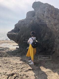 自然,後ろ姿,岩,旅行,アラフォー,黄色スカート