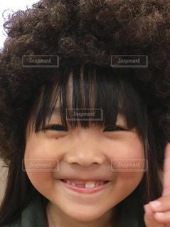 カメラに向かって笑みを浮かべて少女の写真・画像素材[854938]