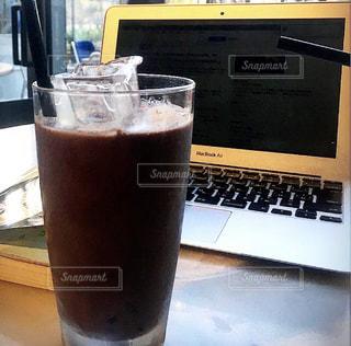 飲み物,カフェ,インテリア,コーヒー,アイスコーヒー,水,氷,ガラス,コップ,パソコン,食器,グラス,PC,ドリンク,ライフスタイル,カフェで仕事,在宅ワーク