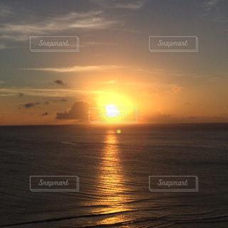 水域に沈む夕日の写真・画像素材[2861102]