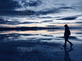 ウユニ塩湖の朝焼けの写真・画像素材[1196467]