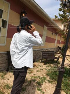 建物の前に立っている男の写真・画像素材[737555]