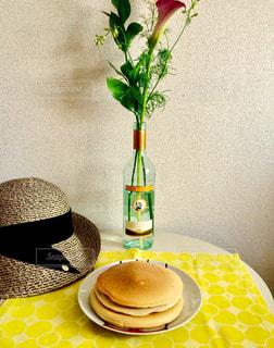 インテリア,花,パンケーキ,マイホーム,リビング,植物,花瓶,帽子,黄色,家,テーブル,ランチョンマット,グリーン,休日,手作り,ワインボトル,テーブルウェア