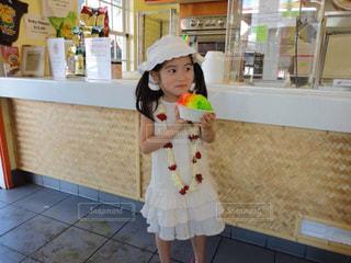 おもちゃを保持している小さな女の子 - No.705105