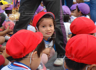 帽子をかぶった小さな男の子の隣に座っている幼児のグループ - No.769534