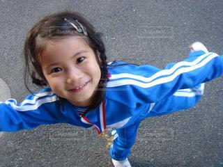 小さな子供がカメラで笑っての写真・画像素材[769535]