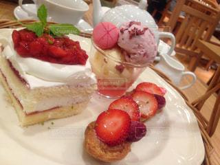 皿の上のケーキの一部の写真・画像素材[769555]