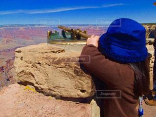 岩の上に立っている人の写真・画像素材[790254]