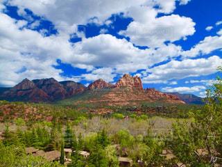背景の大きな山 - No.790293