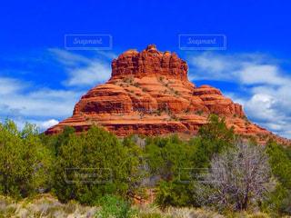 近くに岩が多い山のアップ - No.790306