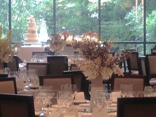 ダイニング ルームのテーブル ウィンドウの前での写真・画像素材[800494]