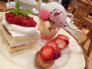 皿の上のケーキの一部の写真・画像素材[800501]