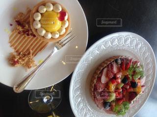 板の上に食べ物のボウルの写真・画像素材[801727]