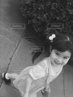 カメラに向かって笑みを浮かべて少女 - No.814498