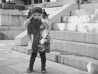 歩道の上を歩く少女 - No.814516