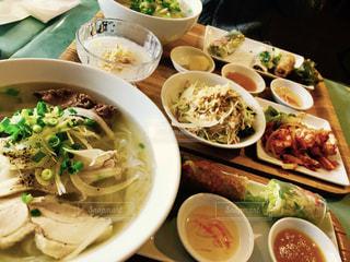 テーブルの上に食べ物のボウル - No.814547