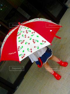 赤い傘を持っている手 - No.814789