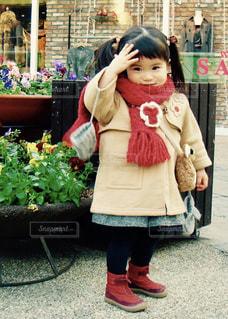 建物の前に立っている女の子 - No.873248