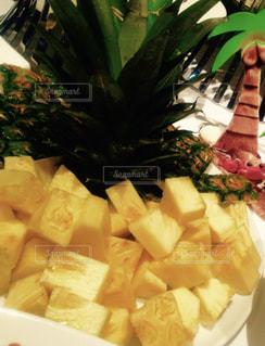 テーブルの上のパイナップルの写真・画像素材[903433]