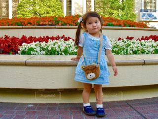 建物の前に立っている女の子の写真・画像素材[919873]