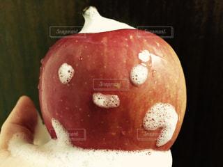 近くに赤いリンゴのアップの写真・画像素材[988472]