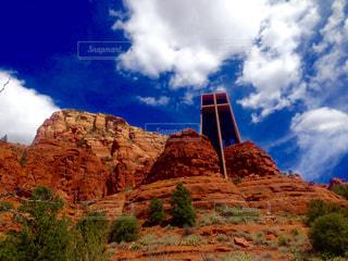 バック グラウンドで神聖な十字のチャペルを持つ峡谷の写真・画像素材[997555]