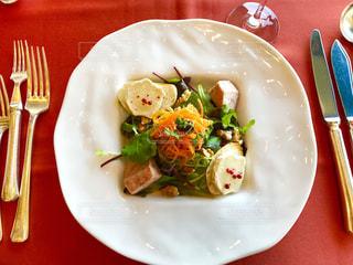 テーブルの上に食べ物のプレートの写真・画像素材[1037211]