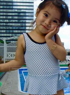 テーブルに座っている少女の写真・画像素材[1073136]