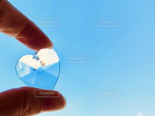 青空に凧を持っている手の写真・画像素材[1118174]