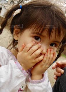 女の子の赤ん坊を保持の写真・画像素材[1147946]