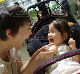 子供,女の子,仲良し,笑顔,おばあちゃん,祖母,孫,再会,大喜び