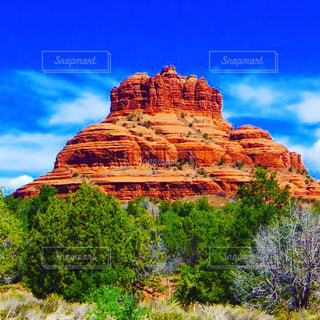 近くにバック グラウンドでベル岩の大きな岩のアップの写真・画像素材[1223019]