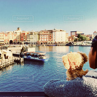 水の体の隣の港に座る人の写真・画像素材[1252247]