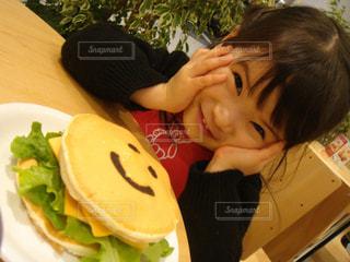 いくつかの料理を食べている女の子の写真・画像素材[1378167]