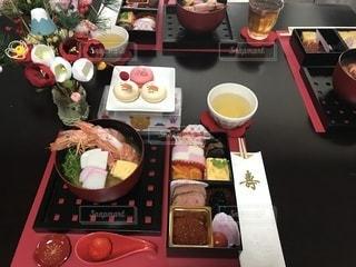 テーブルの上に食べ物のトレイの写真・画像素材[1729065]