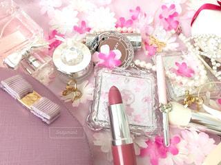 テーブルの上のピンクの花のグループの写真・画像素材[1818975]