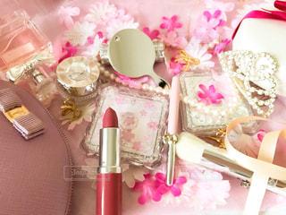 近くにテーブルの上のピンクの花のアップの写真・画像素材[1818979]
