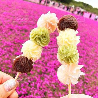花を持っている人のクローズアップの写真・画像素材[2141800]