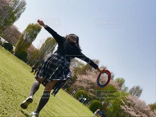 公園,春,桜,ジャンプ,女の子,ピクニック,スカート,遊ぶ,新緑,元気,初夏,フリスビー