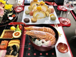 テーブルの上に座っている食べ物の束の写真・画像素材[2871713]