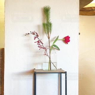 木製のドアの上に座っている花瓶の写真・画像素材[2871728]