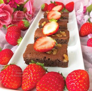 テーブルの上に果物が付くケーキの写真・画像素材[2927534]
